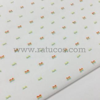 Tela de plumeti con motas de colores. Tela de ancho 150 cm y composición 100% algodón