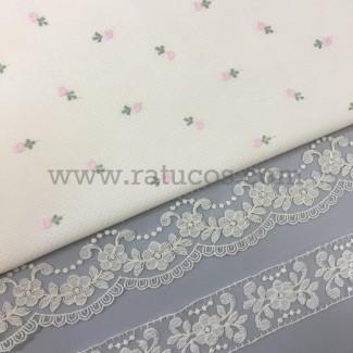 Combinación de telas: Piqué blanco bordado flor azul celeste